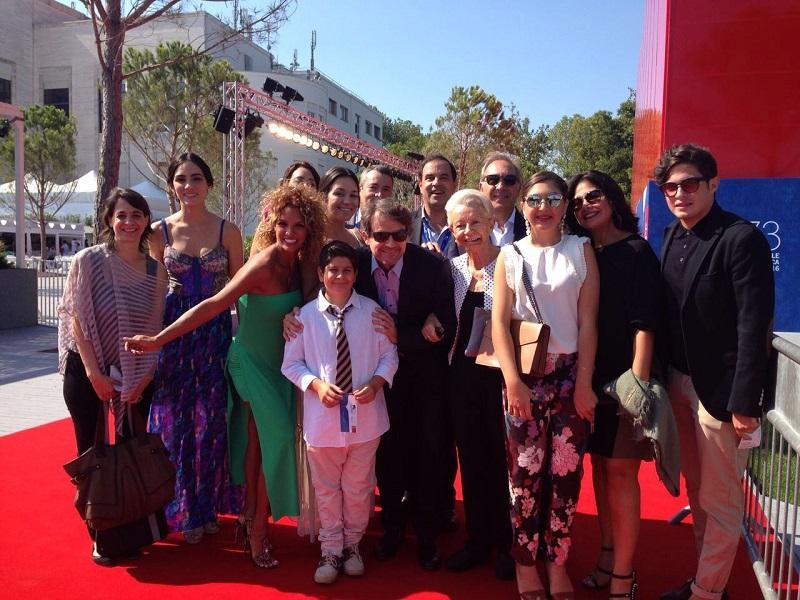 armando-iachini-en-la-alfobra-roja-del-festival-junto-a-su-familia-y-el-cineasta-lorenzo-vigas
