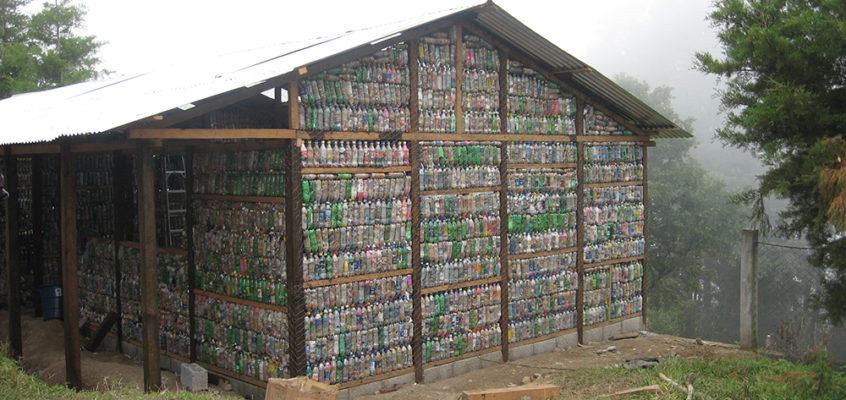 Armando Iachini: Botellas de vidrio, material para reciclar y construir