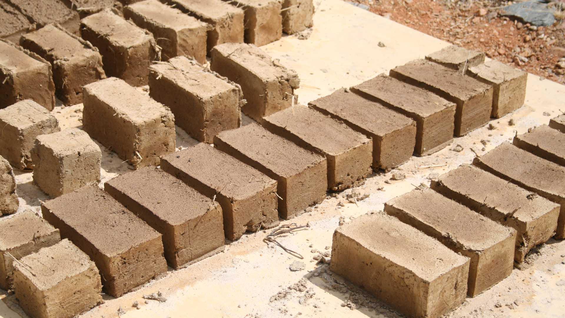 Armando Iachini: Construir con barro es un sistema sostenible